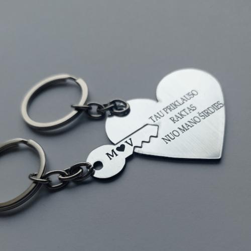 Graviruotas pakabukas su inicialais porai su širdute ir raktu