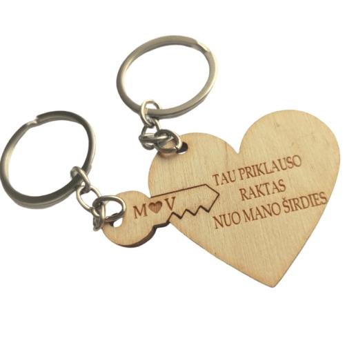 Graviruotas medinė širdis su raktu