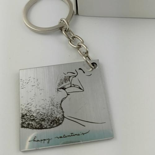 Graviruotas raktų pakabukas sidabrinis karštas bučinys